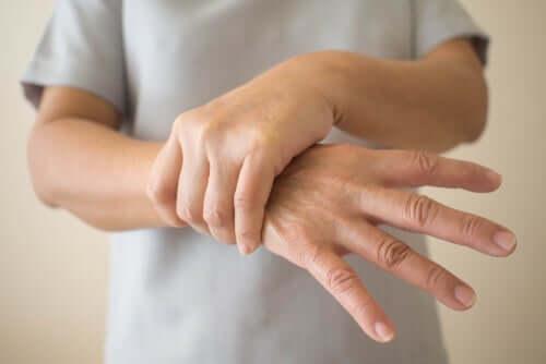 Person tager sig til håndled