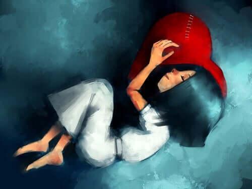 En pige, der sover på en hjerteformet pude