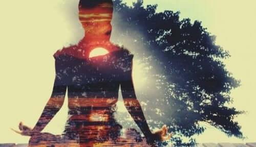 yoga under et træ for at pleje sig selv
