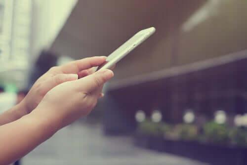 Nye teknologier: En kvinde med en smartphone
