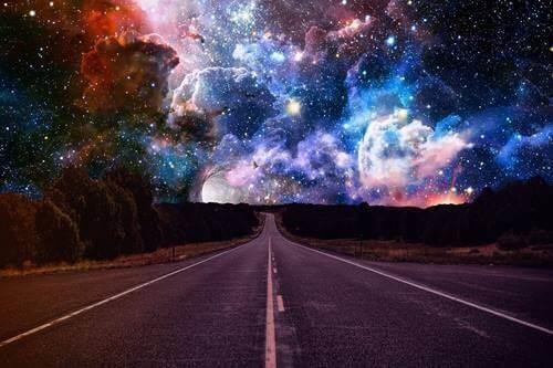 vej mod farverig stjernehimmel