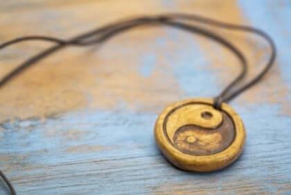 yin og yang tegn i en halskæde