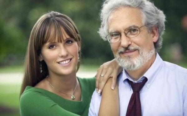 ung kvinde med en ældre mand illustrerer aldersforskel i et forhold