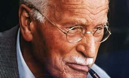 Carl Jung, på dette billede, ser væk fra kameraet