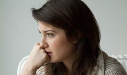 Kvinde ser bekymret ud