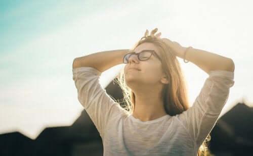 Smilende kvinde anvender mindfulness