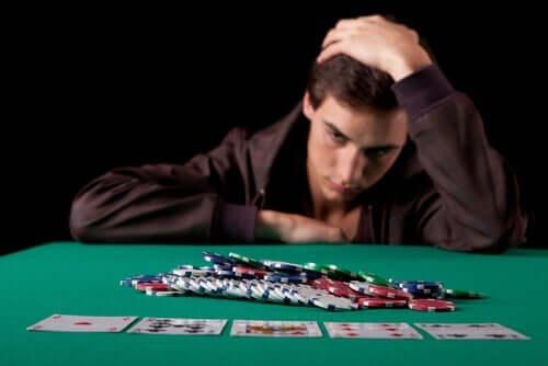 Bedrøvet mand ved pokerbord er eksempel på patologiske gamblere