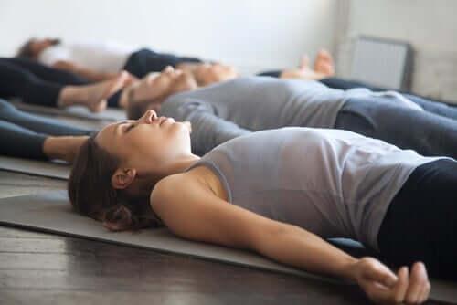 Folk slapper af og bekæmper problemer med afslapningsøvelser