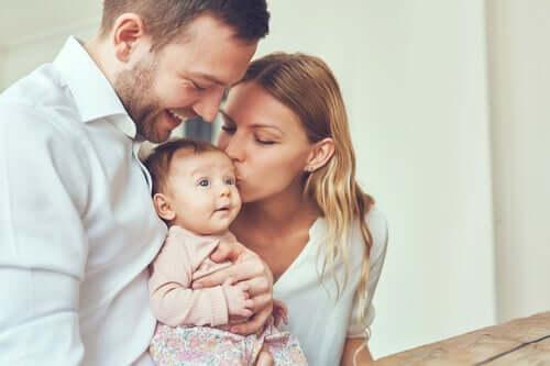 Forældre kysser baby