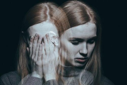 Forvirret kvinde kæmper mod sensorisk berøvelse