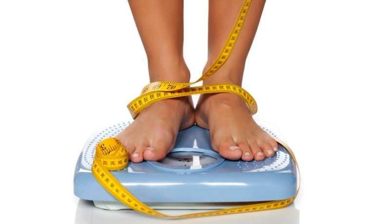 Person på vægt med målebånd
