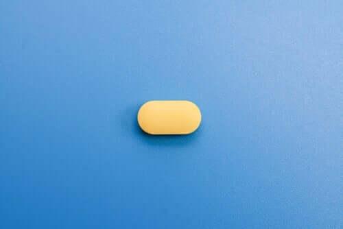 gul pille på blå baggrund