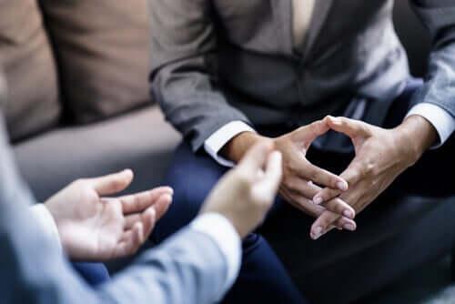 Billede af hænder i samtale