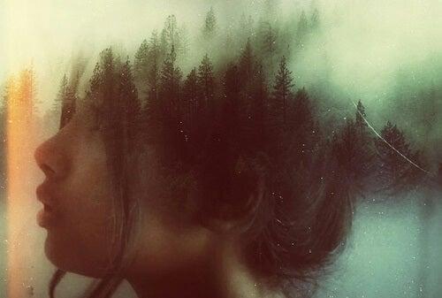kvinde med en skov i sine tanker