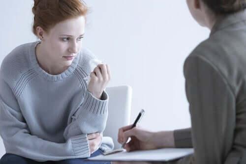 Kvinde hos terapeut oplever forsinket sorg