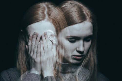 Kvinde med hænderne foran ansigt oplever skizofreni