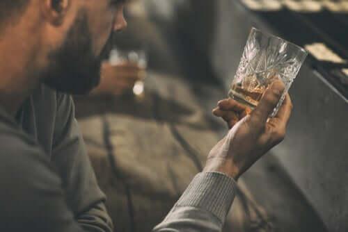 Mand med glas med alkohol har brug for psykologiske behandlinger af alkoholisme