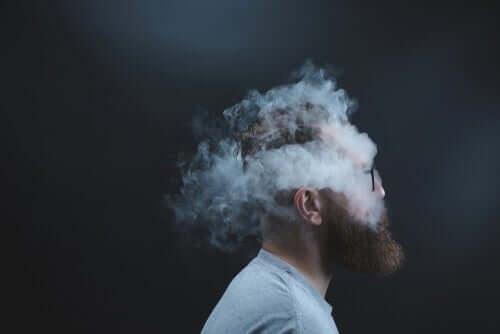 Mand med røg om hoved kan ikke se klart for vægten af åbne sår