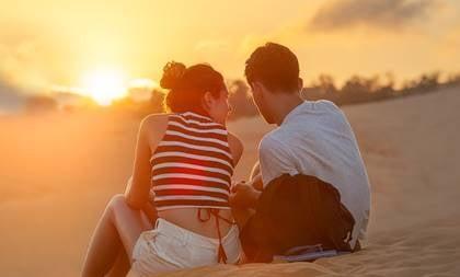 par, der sidder på stranden