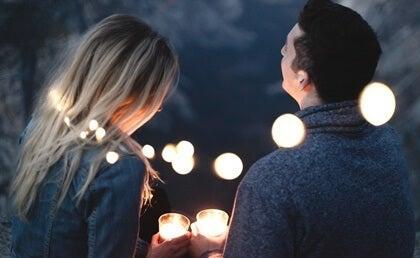Mand og kvinde med lyskæde om sig illustrerer at skabe en forbindelse med andre
