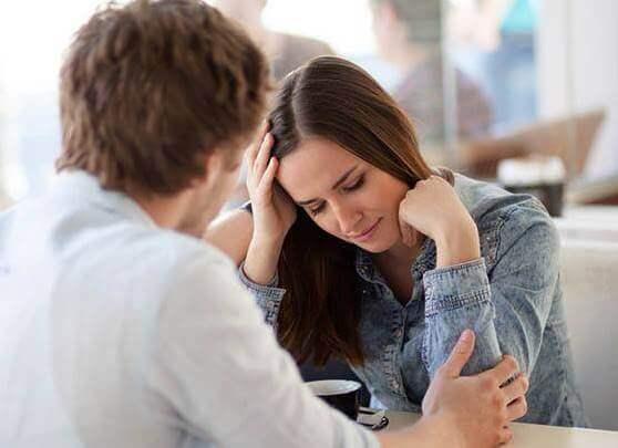 Kvinde foran mand ser ned på grund af filofobi