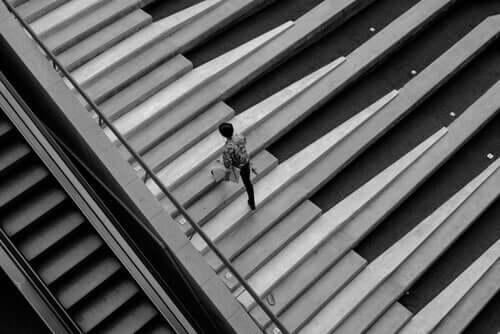 person, der går på trapper, der er en del af den sjove teori