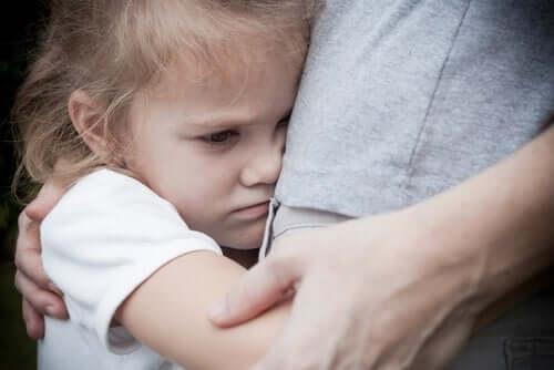 Trist pige krammer sin mor