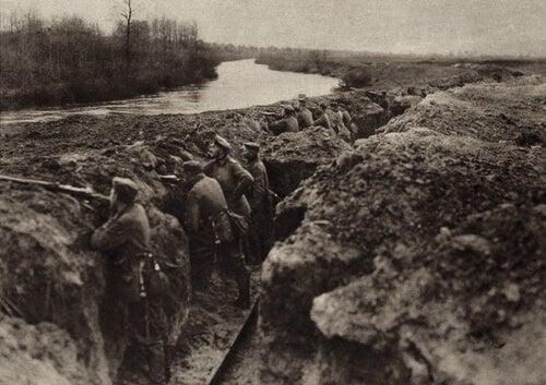 Soldater gemmer sig i skyttegrave i et oprør