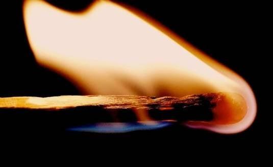 Brændende tændstik