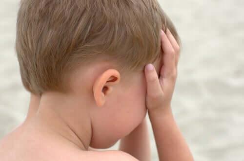 et barn, der græder