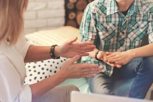 To mennesker taler sammen og bruger hænderne