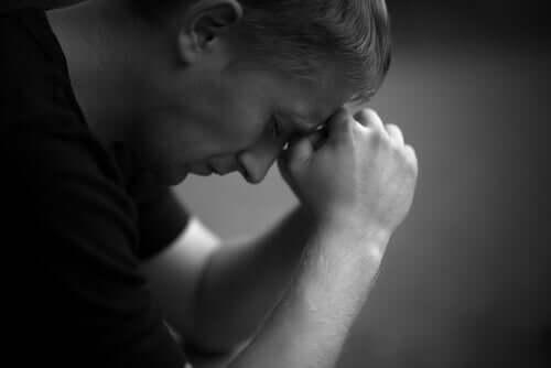 trist mand, der går gennem vredestadiet i sorg