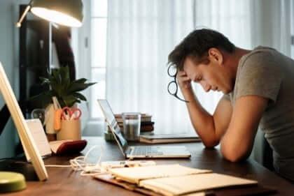 udmattet mand på kontor
