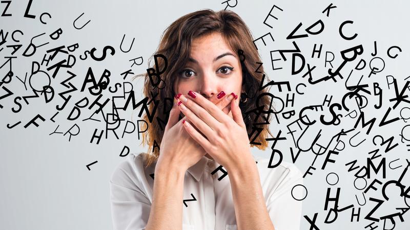 Kvinde med hænderne for munden oplever udenlandsk accent syndrom