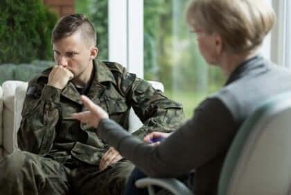 soldat i samtale med en psykolog