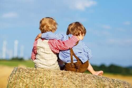 Børn krammer på halmballe