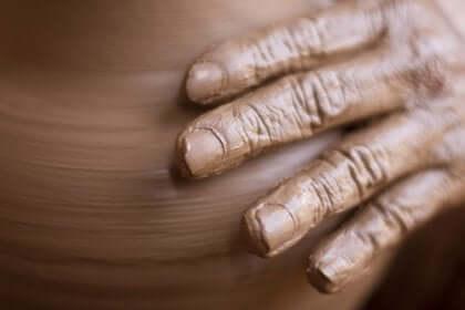 hånden laver en potte