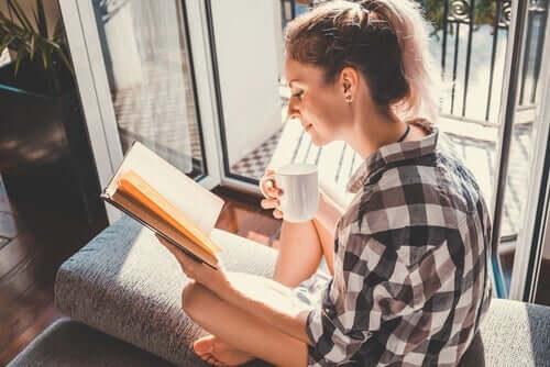 Kvinde med bog nyder sammenhængen mellem læsning og følelsesmæssig intelligens