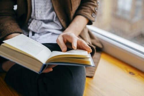 Kvinde med bog i hånden