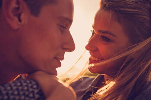 kærlighed handler om handling mellem to parter, som ses hos dette nærværende par