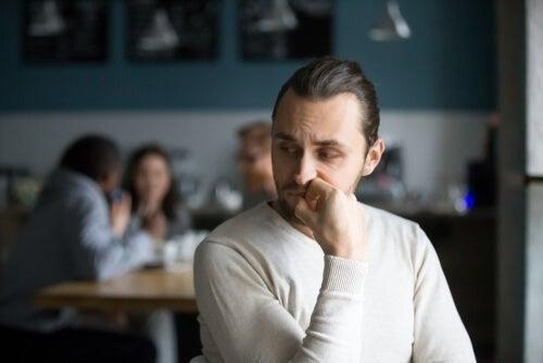 Mand udviser forlegenhed på cafe