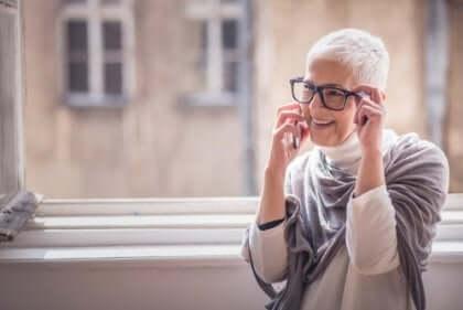 ældre kvinde taler i telefon