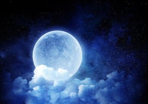 fuldmåne bag skyer