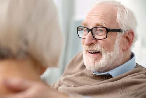 Ældre mand med briller smiler