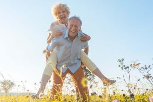 Grinende ældre par viser forskellen på at ældes og at blive gammel