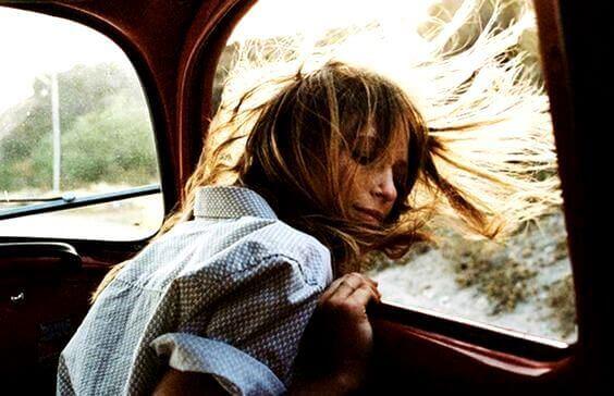 Kvinde med hoved ud af bilvindue