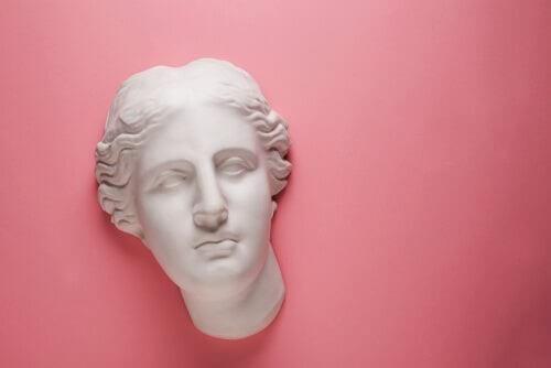 Myten om Afrodite og Ares i græsk mytologi illustreres af statue foran lyserød væg
