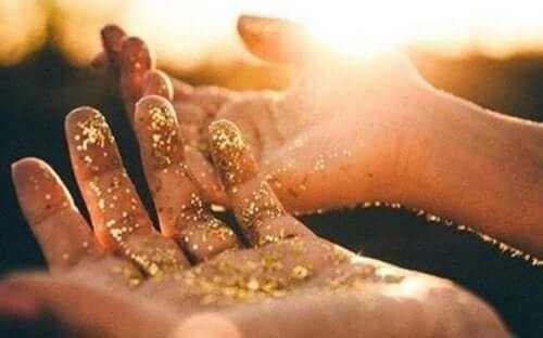 guldstøv på hænder