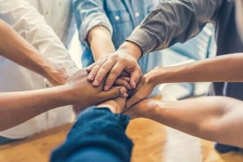 Personer samler deres hænder