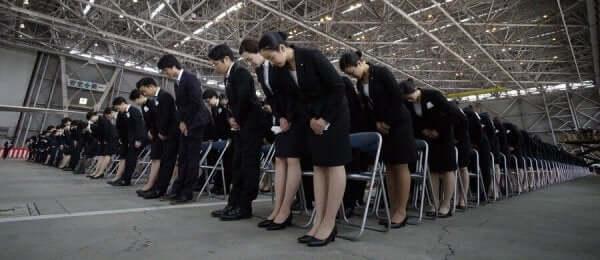 Taijin kyofusho hænger sammen med tvangspræget adfærd som ses på dette billede af en gruppe mennesker, der alle står bukket forover